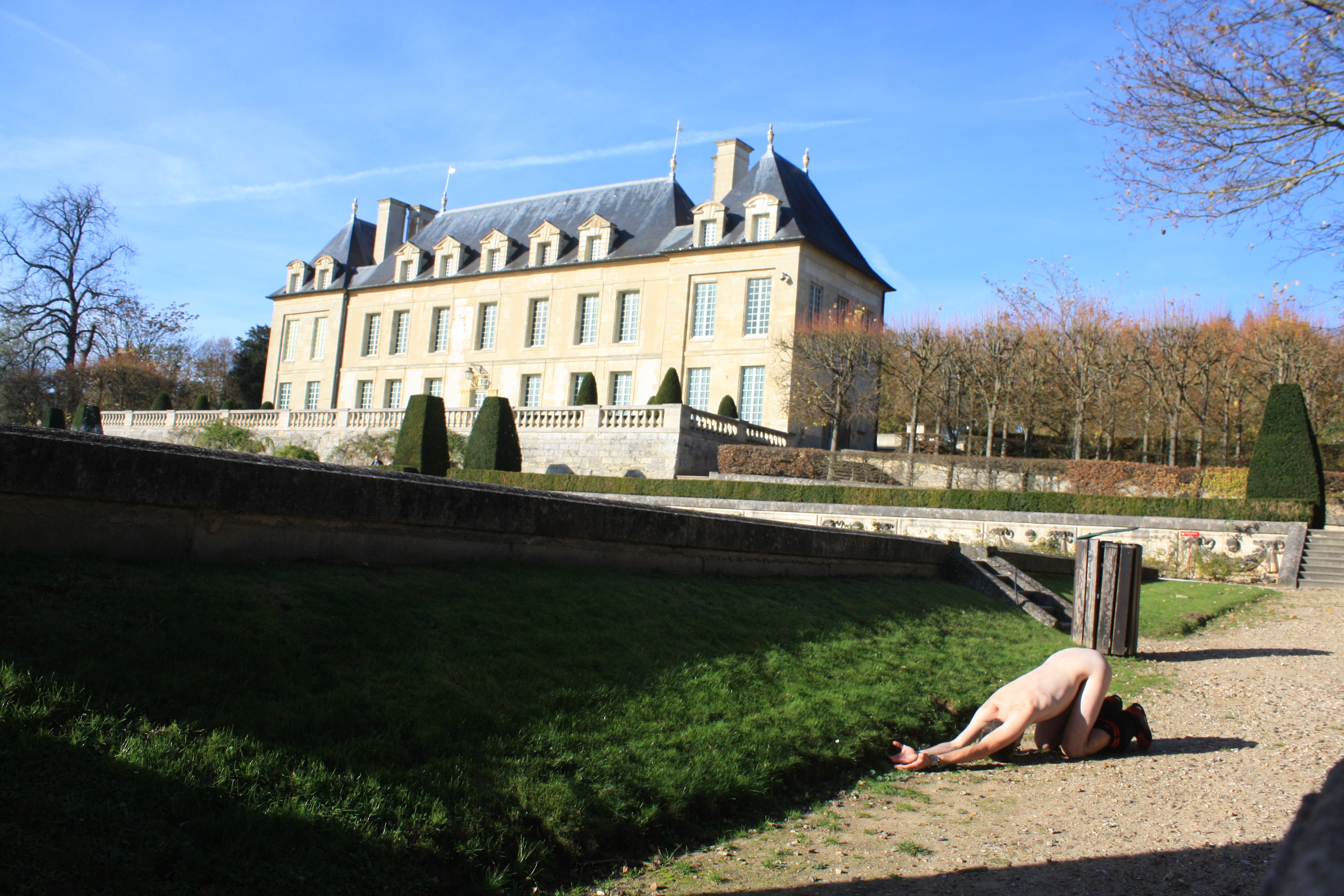 castle of Auvers/oise with a nice Garden (nickname :House of impressionist) under a big and hot sun (even in November)