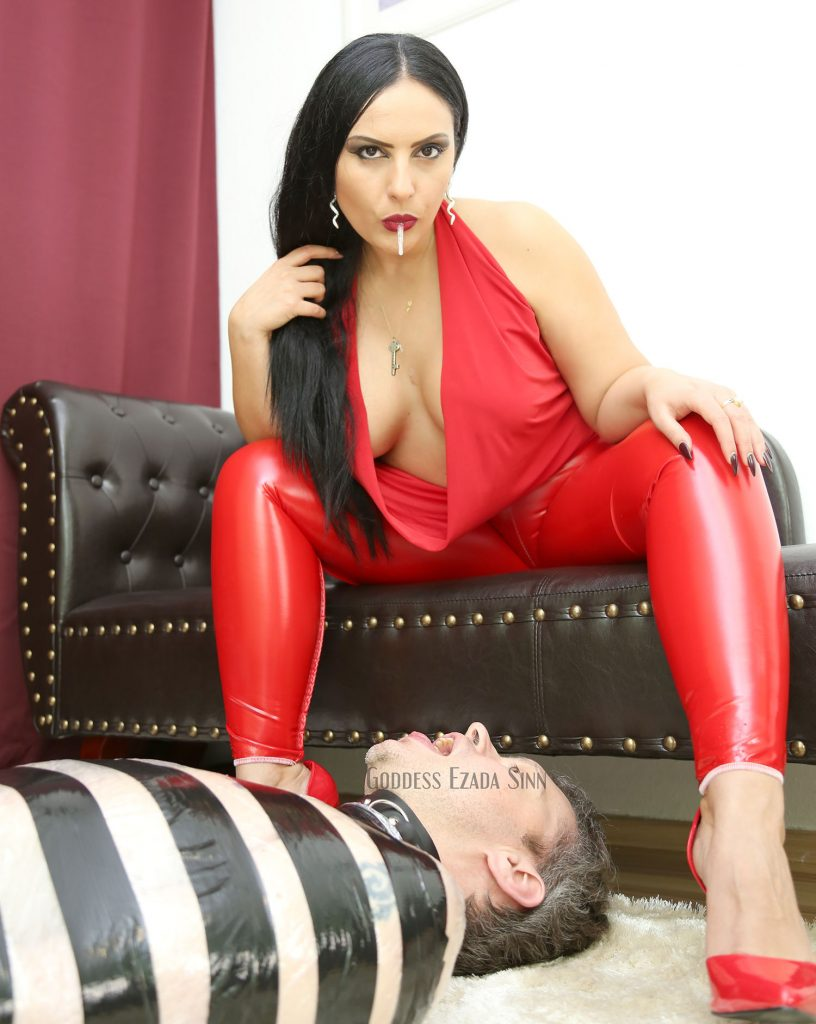 domina-kiss-spitting-ezada-sinn