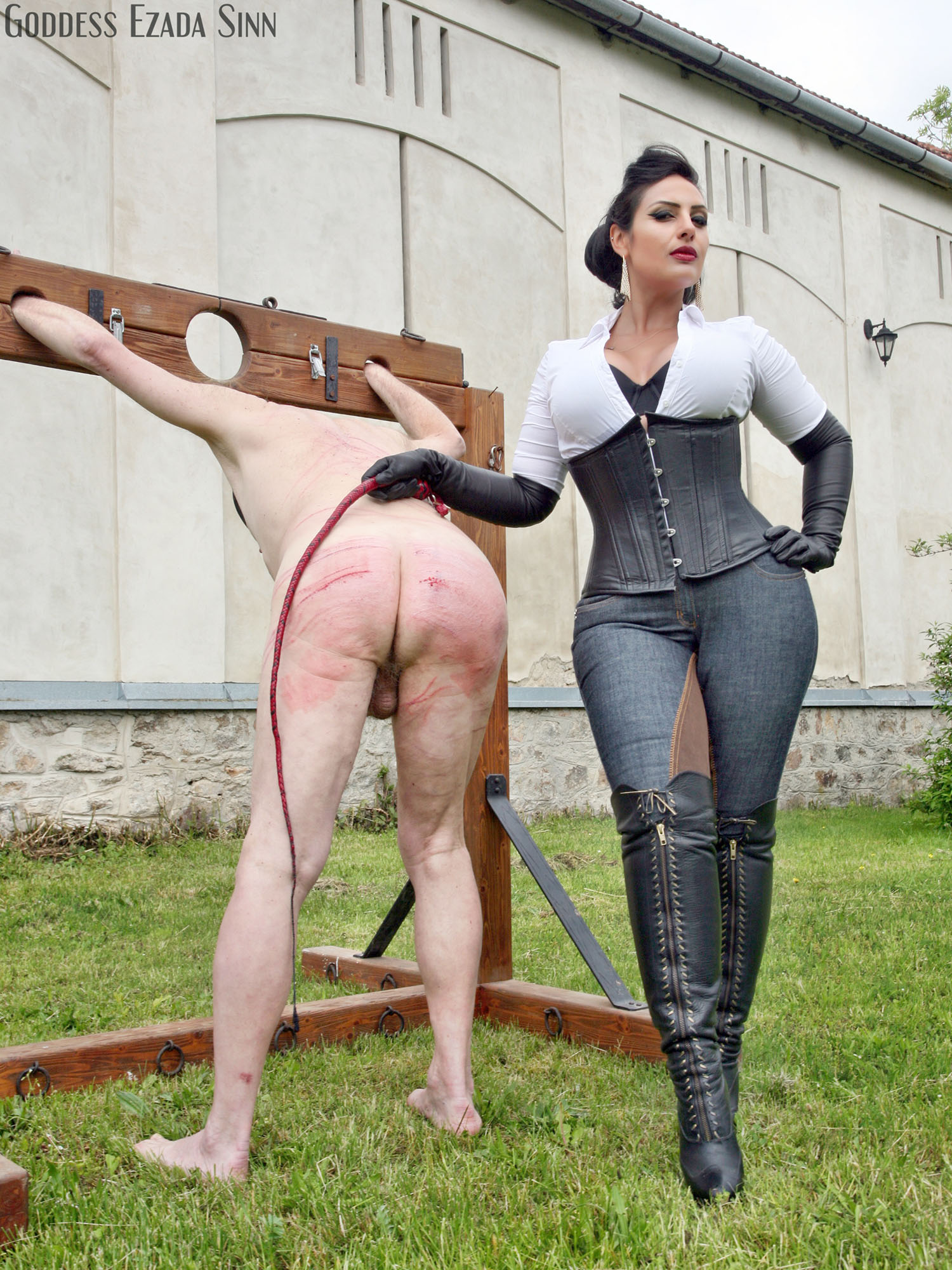Worshiping her goddess at home while she039s surfing internet - 2 8